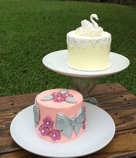 minni swan and bow cakes