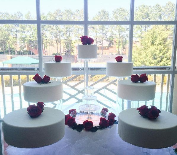 Individual tiers wedding cake with fountain in the middle