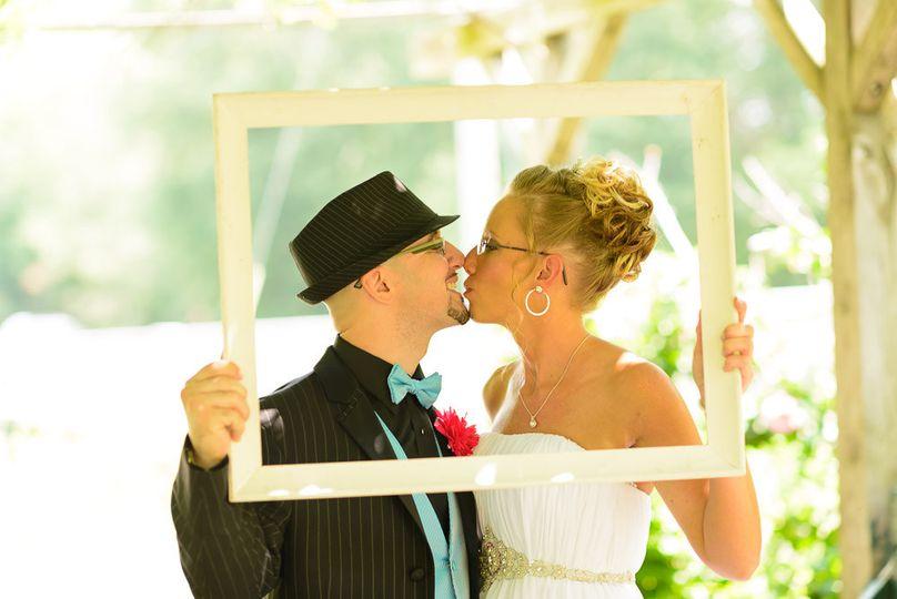 shanklin park goshen kissing couple dat7218