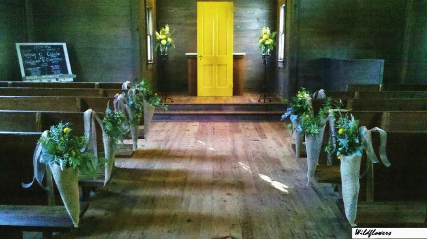 Flower decorations on the wedding aisle