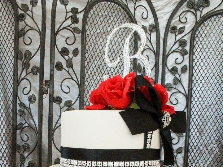 Tmx 1515519856 B46591f4f90f2df7 1515519854 0ee56c21a4ef11ea 1515519840661 3 Black And White Kenosha wedding cake