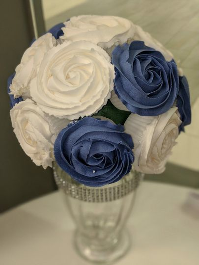Cupcake bouquet.. perfect for centerpieces for parties or weddings  and yummy cupcakes for your...