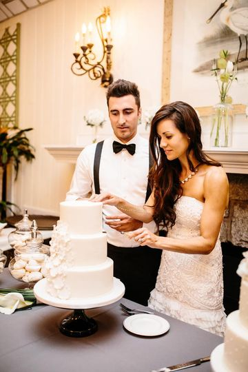 Couple cake cutting
