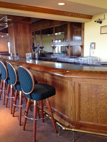 Our full-service bar is located in the center of the reception room.