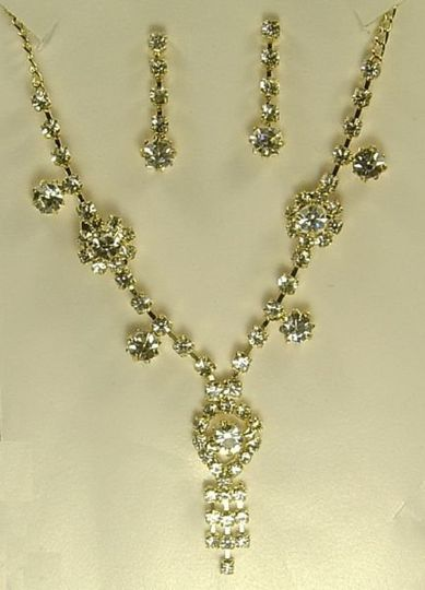 This is a Gold coated chain necklace with Sprakling White Australian Crystals, with English Garden...