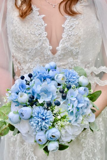 Bride holding bouquet - Madlin Photography