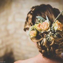 Roses decorating the bride's hair