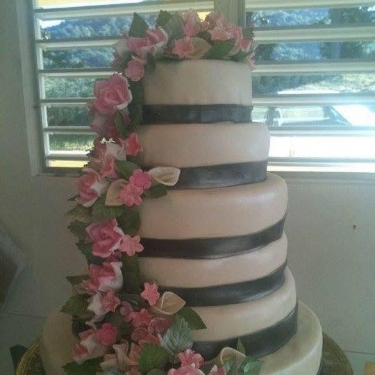 wedding cake in fondant with sugarpaste roses
