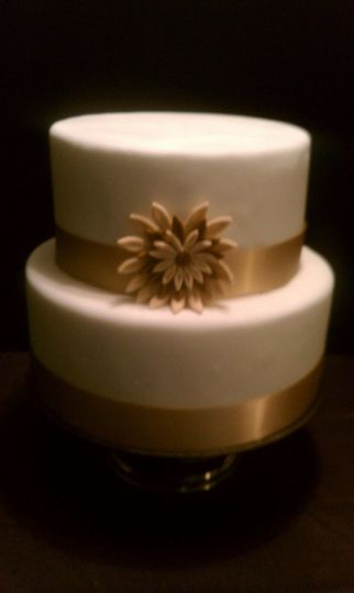 800x800 1341894360534 golddaisyweddingcake