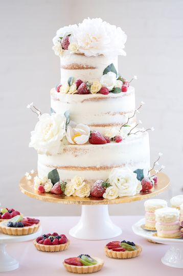 Naked cake design with fresh fruit and flowers
