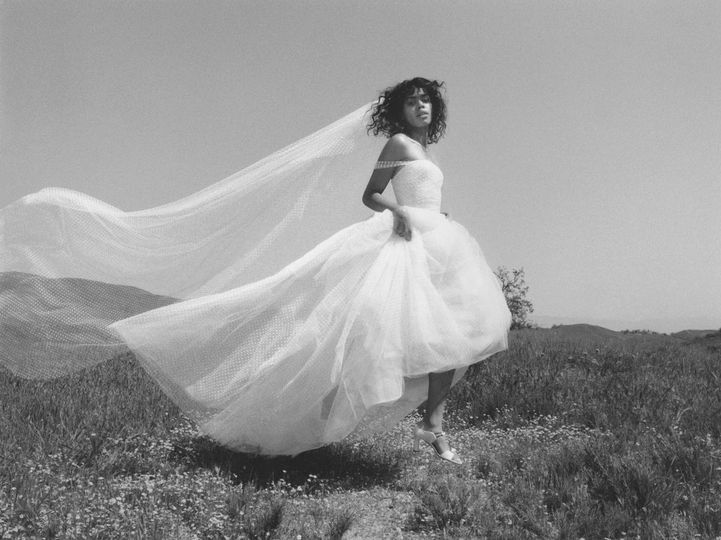 Flowing veil and endless tulle