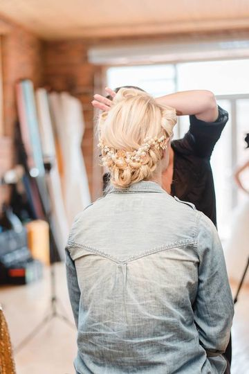 Styling the bride's hair