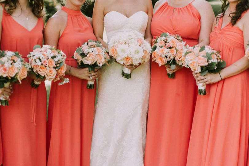 Peach bouquet for bride and bridesmaids