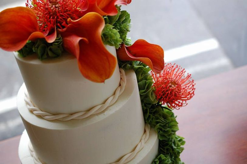 weddingcakeredflowers
