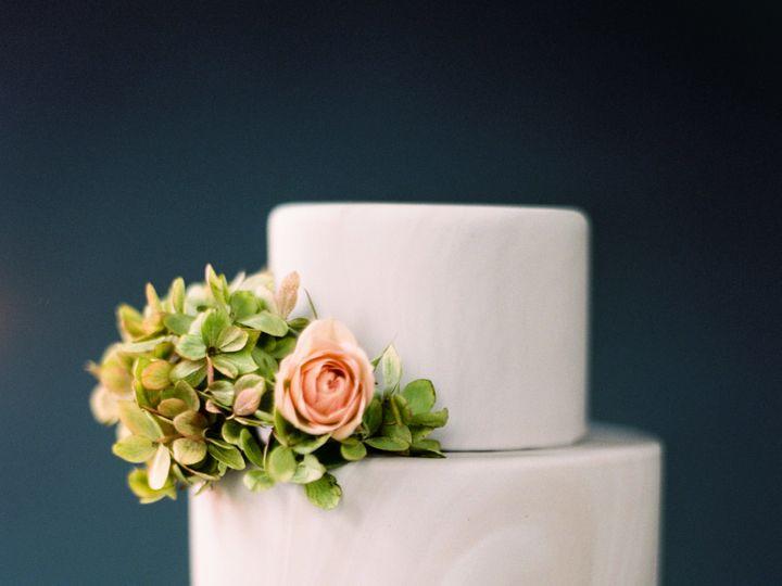 Tmx 1518580120 0b23e48548750a90 1518580118 9f17c942d9f7c1dd 1518580117776 3 STUDIO DAY 10011 Bothell wedding cake
