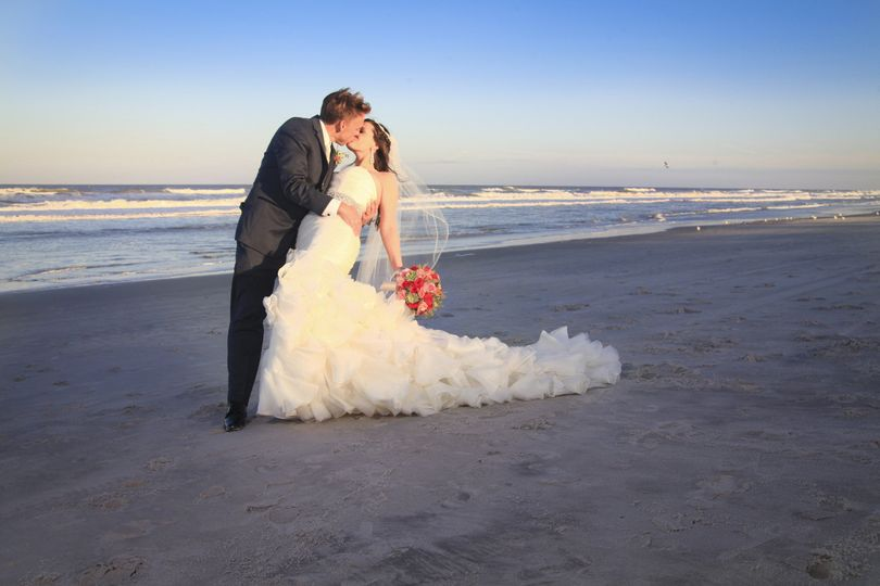 800x800 1426954512911 bride  groom kissing on the beach in daylight