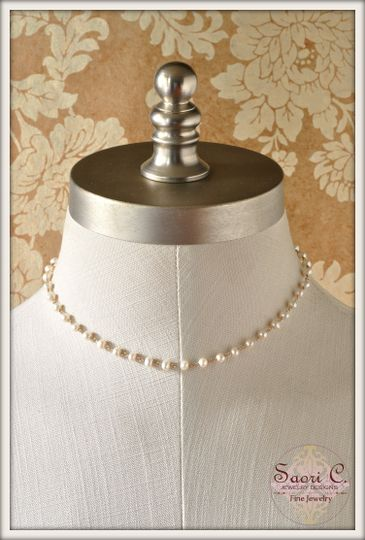 Classic Necklace in White Pearl and 14 karat Gold - Softly-glowing 5 mm round cultured freshwater...
