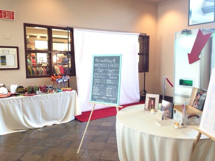 Open air photobooth to accommodate large groups.