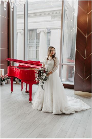 The bride by the piano | Photo: Jessie Walker