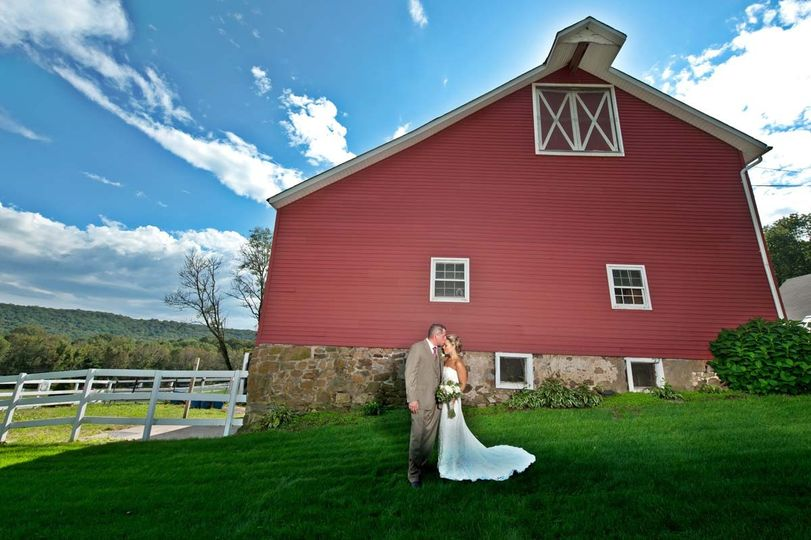 bride and groom kiss in front of rustic barn 51 1024499 1569543695