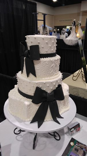 black bow wedding cake with pearls vintagebakery 2 51 45999 159430839369782