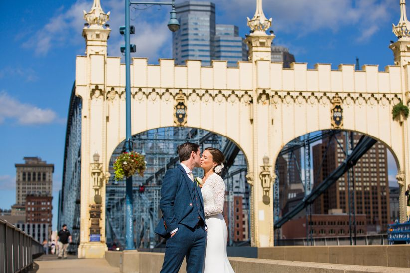 couple kissing pittsburgh