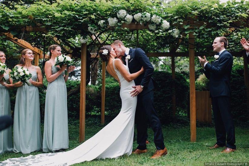 couple kissing at garden wedding