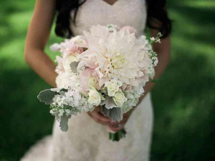 12 Wedding Flowers That Are Always in Season