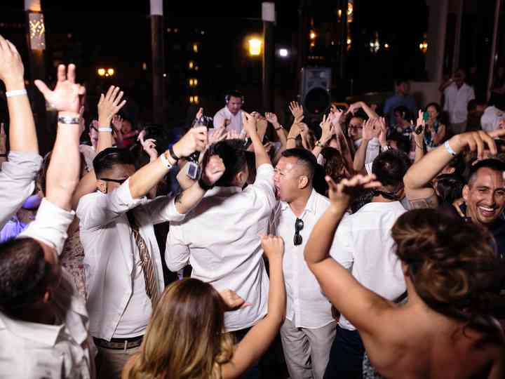 How to Choose Between a Wedding Band or DJ