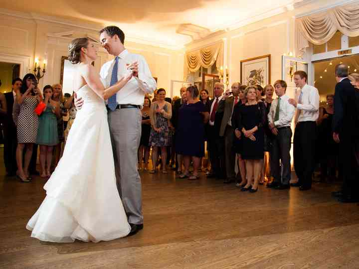 8 Helpful Tips for Choosing a First Dance Song