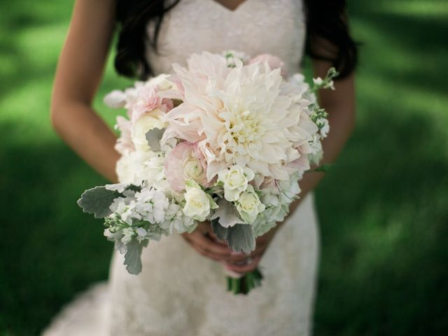 12 Wedding Flowers That Are Always in Season
