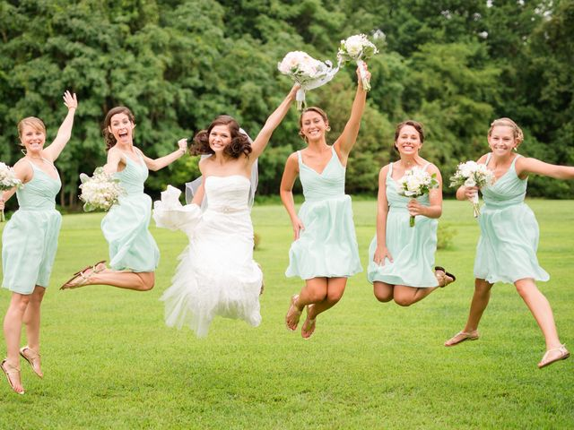 10 Things Your Bridesmaids Need to Do on Your Wedding Day