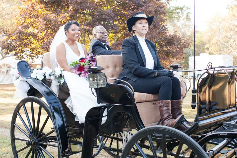 dad and bride arrive in a carriage