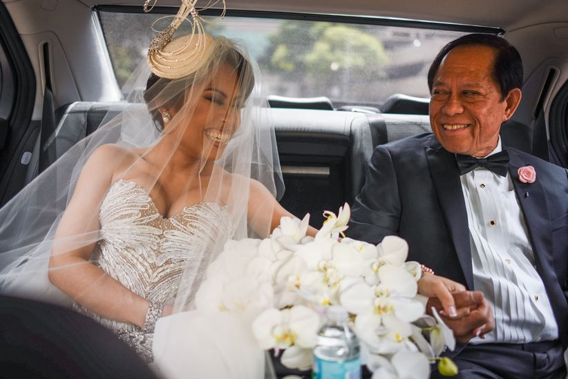 bride and dad ride in car to ceremony together
