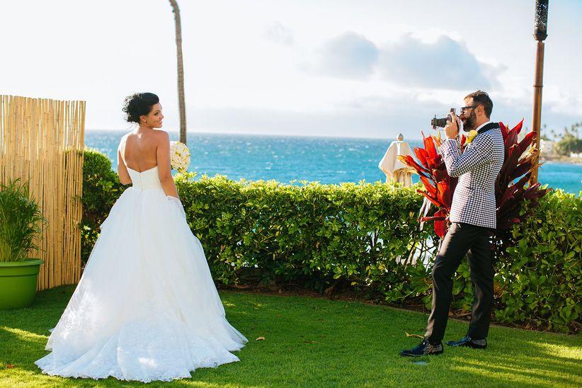 novio tomando foto de novia fotógrafo