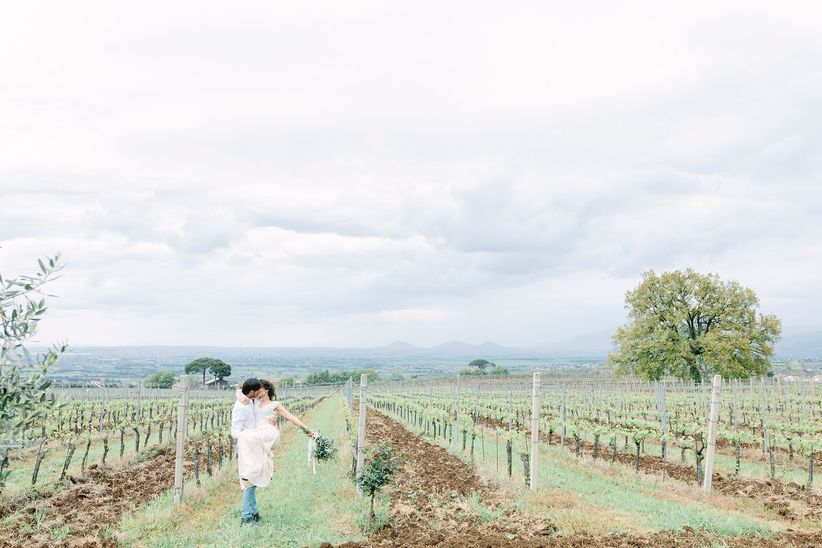 romantic bride and groom kiss at a vineyard - wedding photographer linda pauline