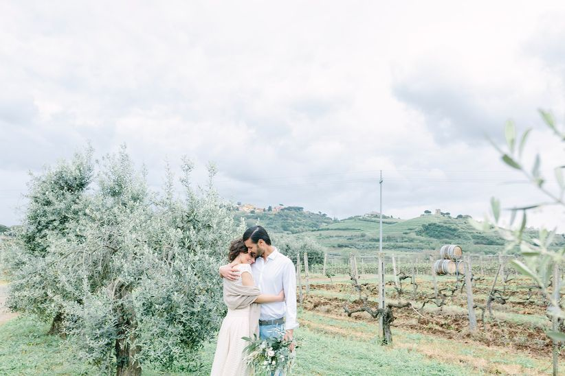 bride groom pose italian vineyard - wedding photographer linda pauline