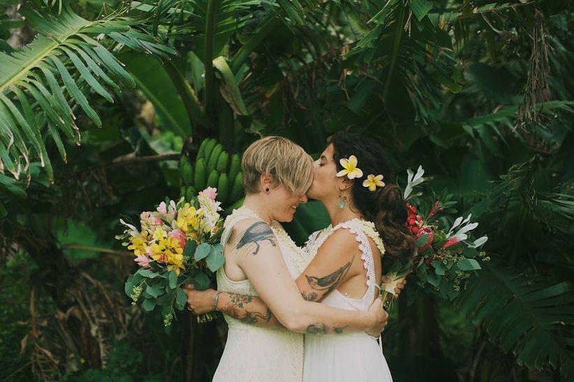 besos pareja telón de fondo tropical