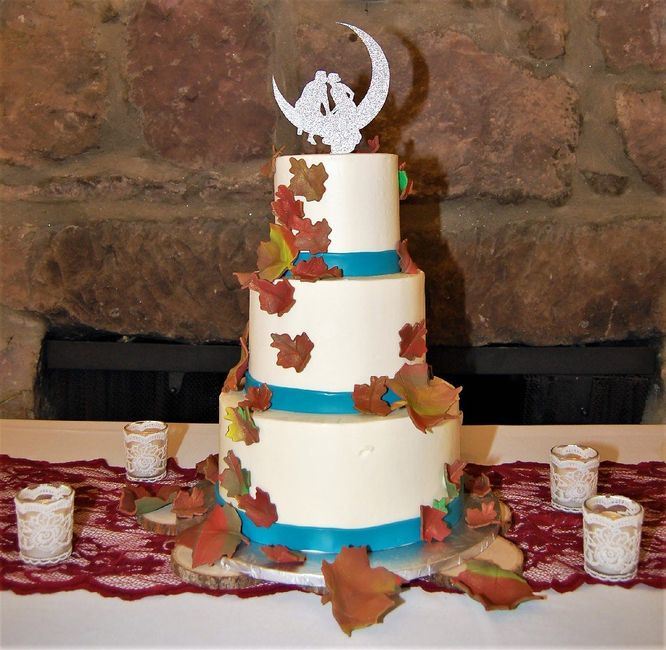 Do couples still use figurine cake toppers? 4