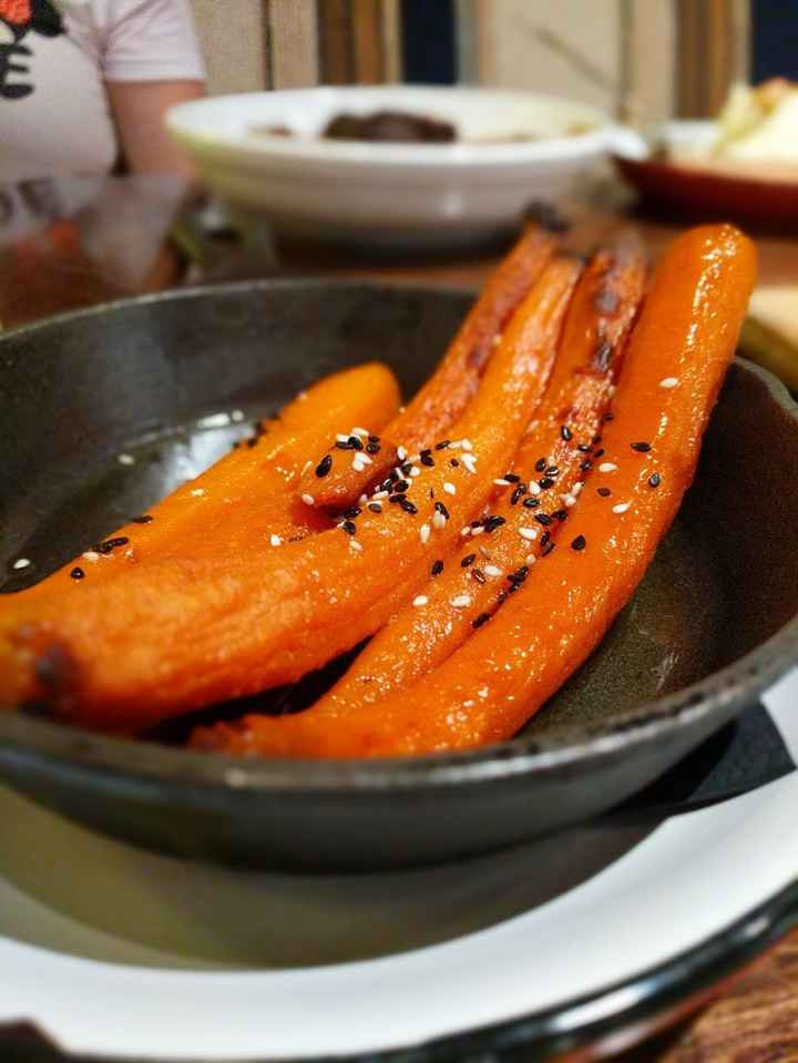 roasted carrots with black and white sesame seed