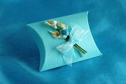 Lily Bouquet Linen Pillow Box A timelessly elegant box decorated with a bouquet of calla lilies and an open rose. Approximately 7cm long at the middle, 7cm wide, and 2.5cm deep and sold in packs of 10 each one already filled with 5 ivory foiled chocolate hearts.