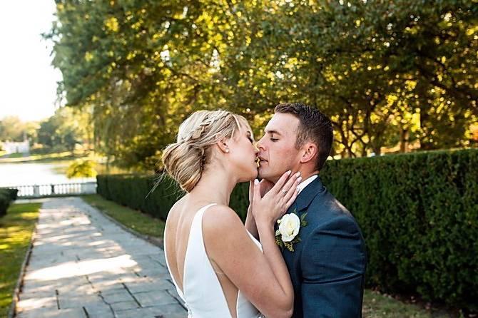 Lindsey poyar photography - Romantic kiss