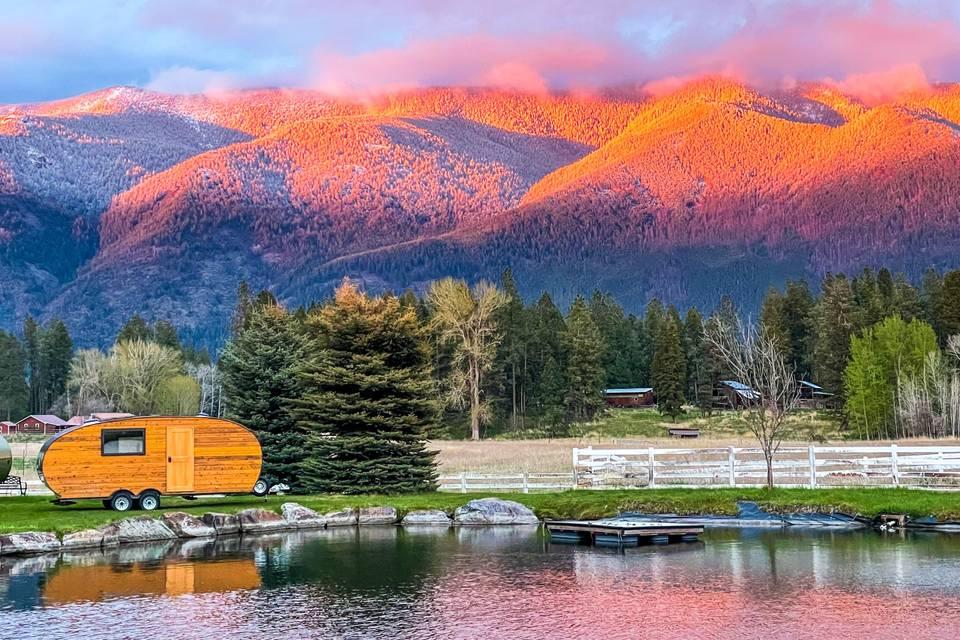 Roaming cabin overlooking pond