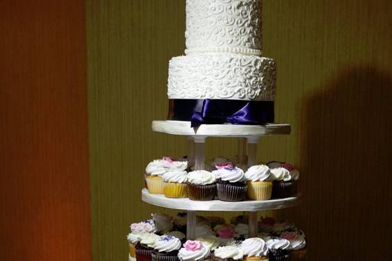 Cupcake tower with cutting cake