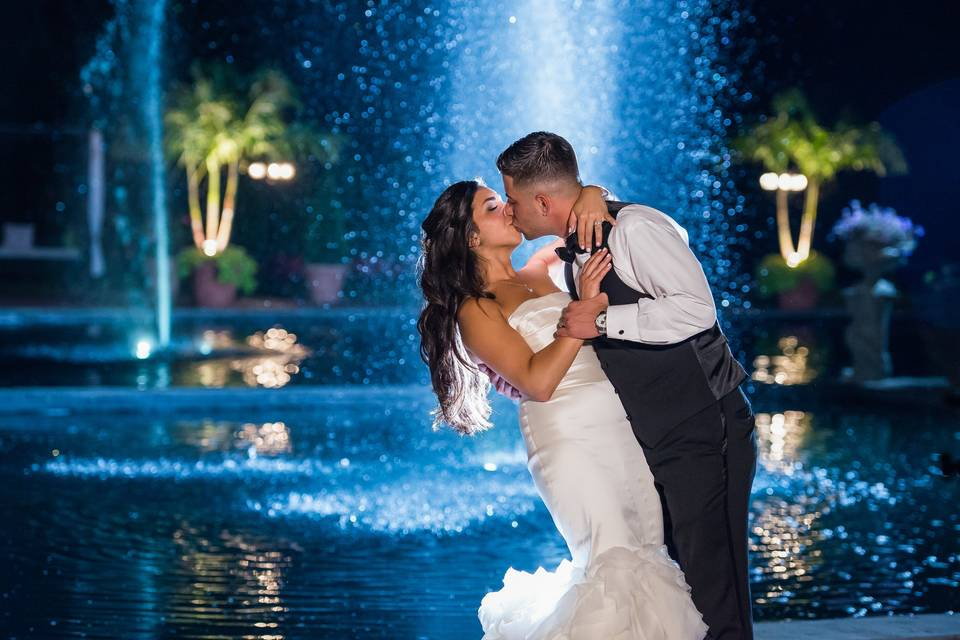 Kiss by the fountain - The Glenmar Studio