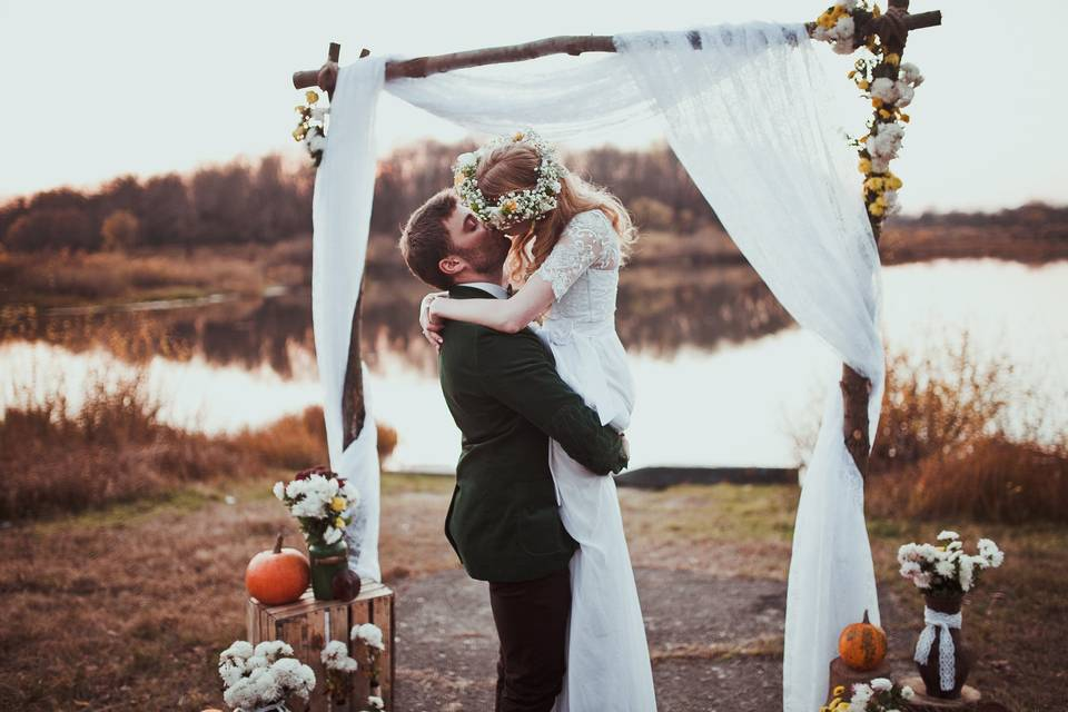 Outdoor kiss under the arch