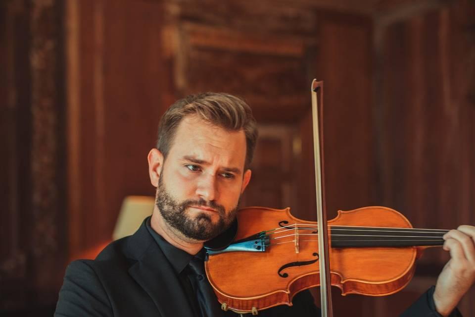 Solo violinist