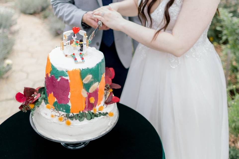 Backyard wedding cake cutting