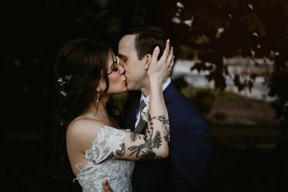 Romantic kiss | Hurstsandco Photography