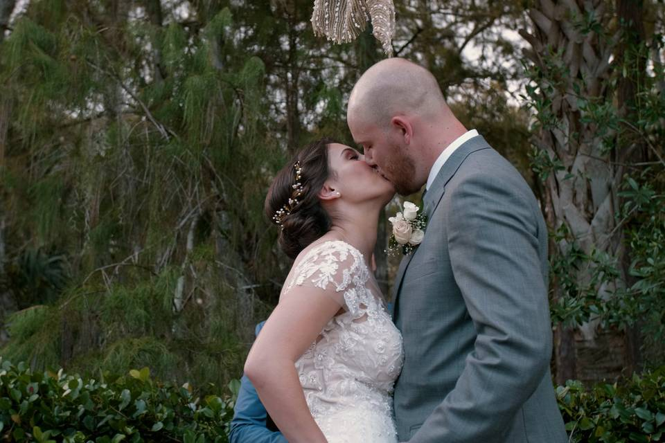 Kiss under the trees - Mission Visions Media